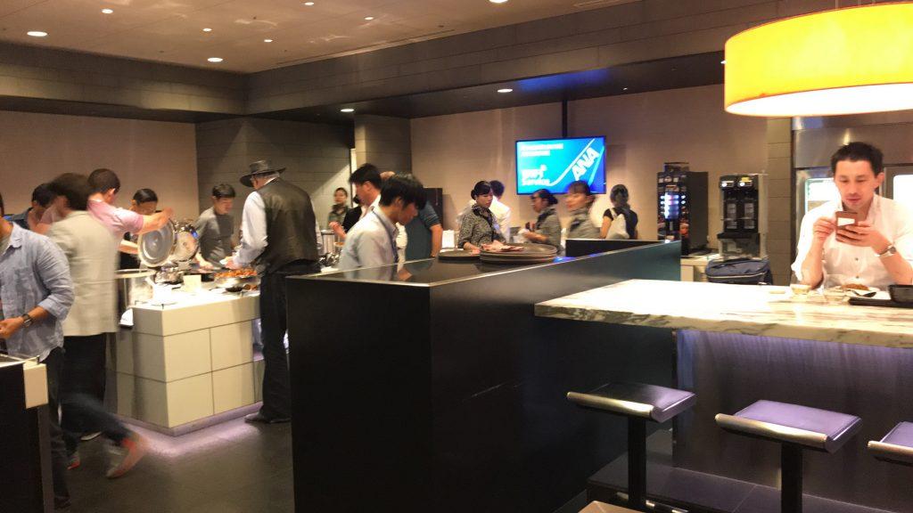 羽田空港 国際線ターミナル ANAラウンジ 食事が置いてある所