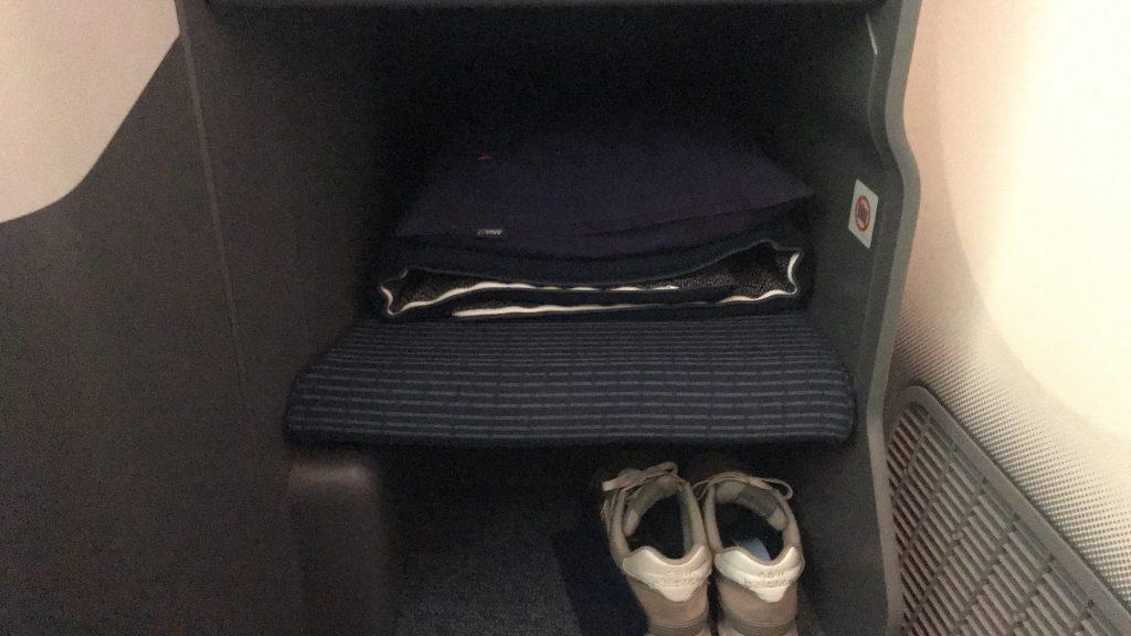 ANAビジネスクラス NH843便の座席 快適なフルフラットシートの布団セット