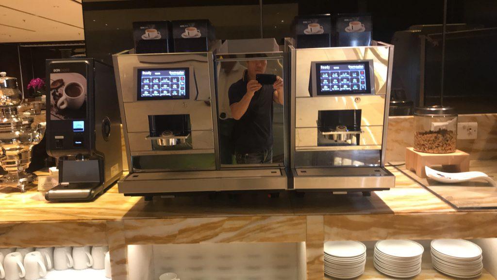 シンガポールのチャンギ国際空港 シルバークリス・ラウンジ コーヒーメーカー