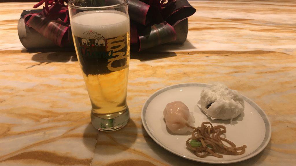 シンガポールのチャンギ国際空港 シルバークリス・ラウンジ 食事とビール