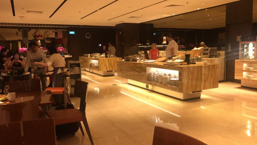 シンガポールのチャンギ国際空港 シルバークリス・ラウンジ 料理が置いてある所