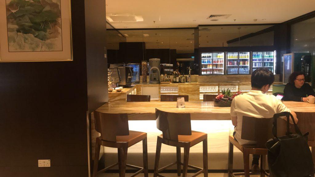 シンガポールのチャンギ国際空港 シルバークリス・ラウンジ カウンター席