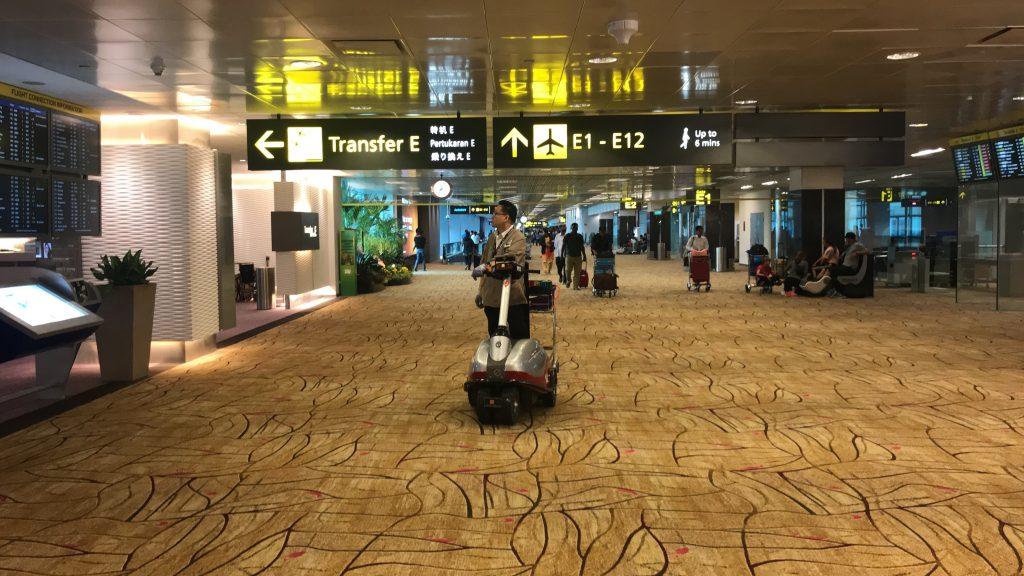 シンガポールのチャンギ国際空港 搭乗口への通路