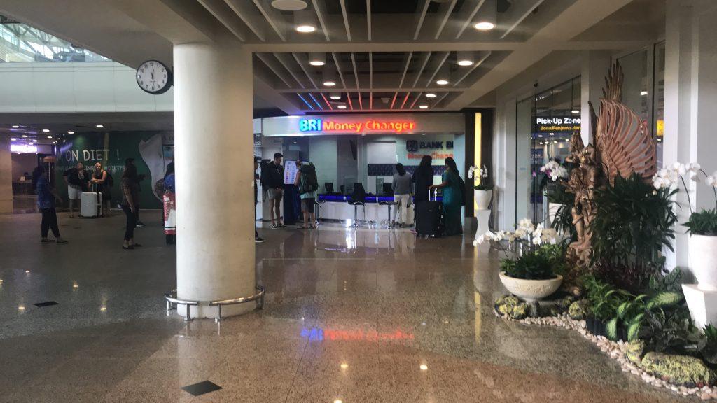 デンパサール空港(バリ島)に到着ロビー 出口付近の両替所