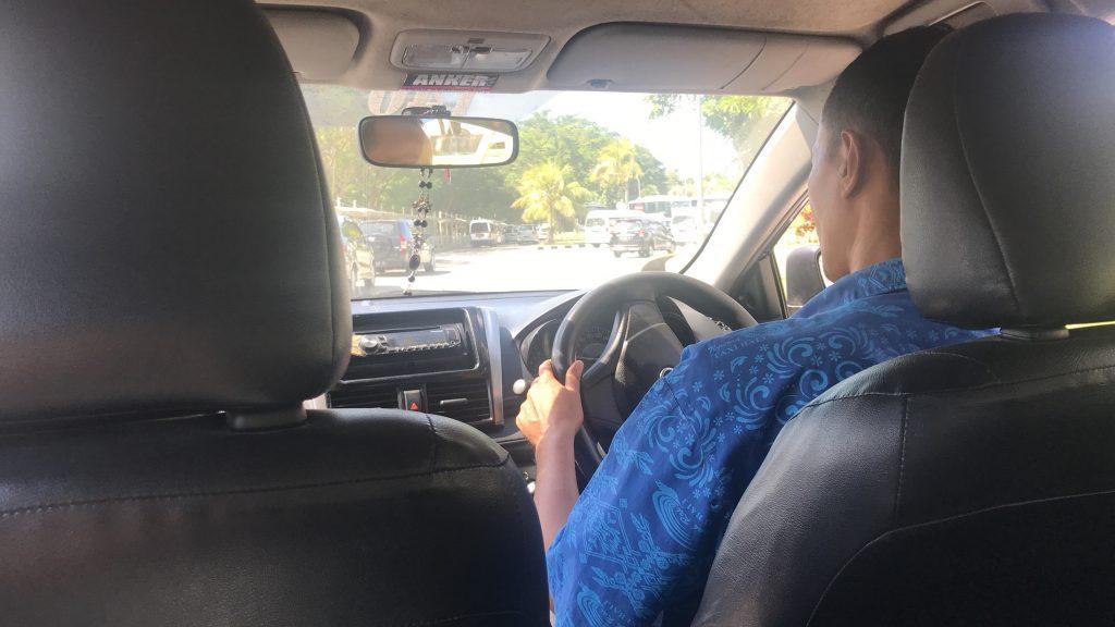 デンパサール空港(バリ島)からホテル「リンバ ジンバランバリ by アヤナ」へ向かうタクシー