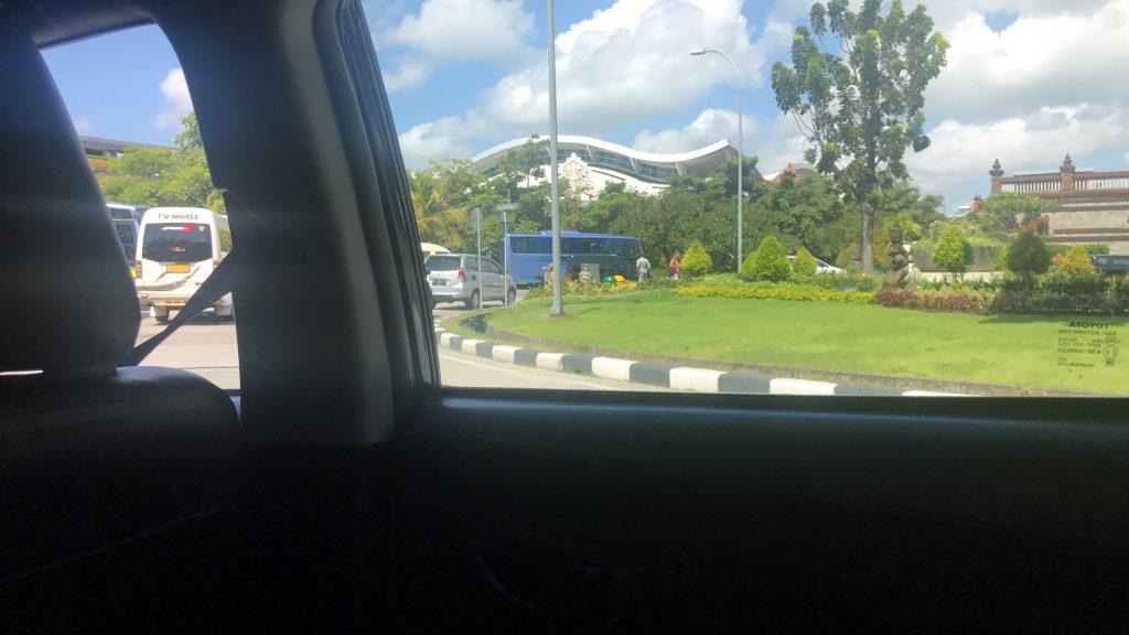 デンパサール空港(バリ島)からホテル「リンバ ジンバランバリ by アヤナ」へ向かうタクシーの窓から光景